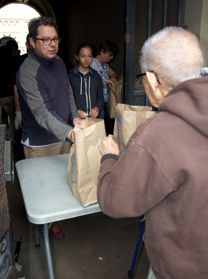 TO-2015-glazer-food-pantry-temple-members-handing-out-bags