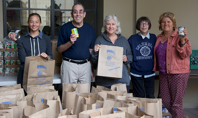 TO-2015-glazer-food-pantry-temple-members-with-bags